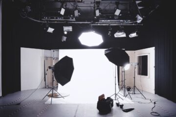 K:\SEO\Andy\Article\Under Review by Guest authors\Elly Camron - Best Portable Lighting Kit